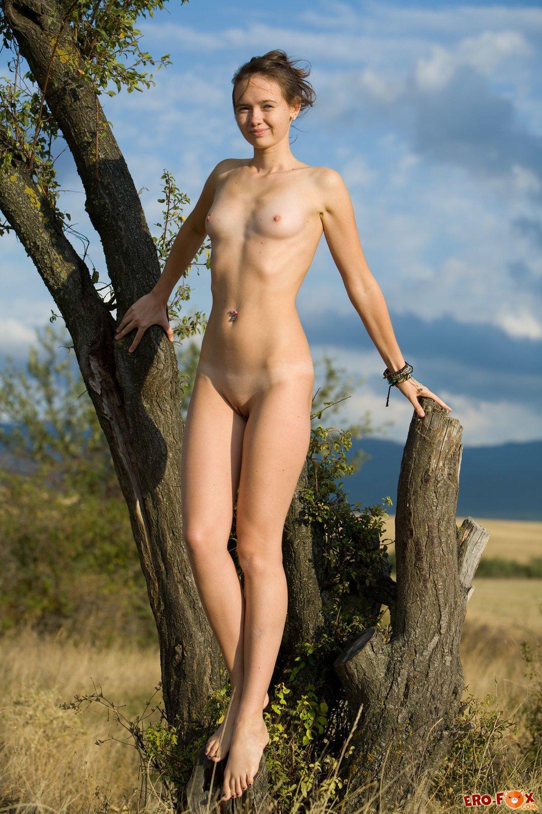 Худая голая девушка на природе