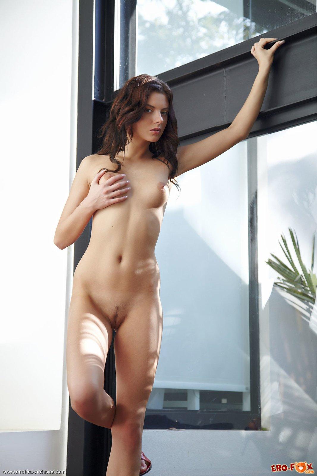 Голая девушка в босоножках