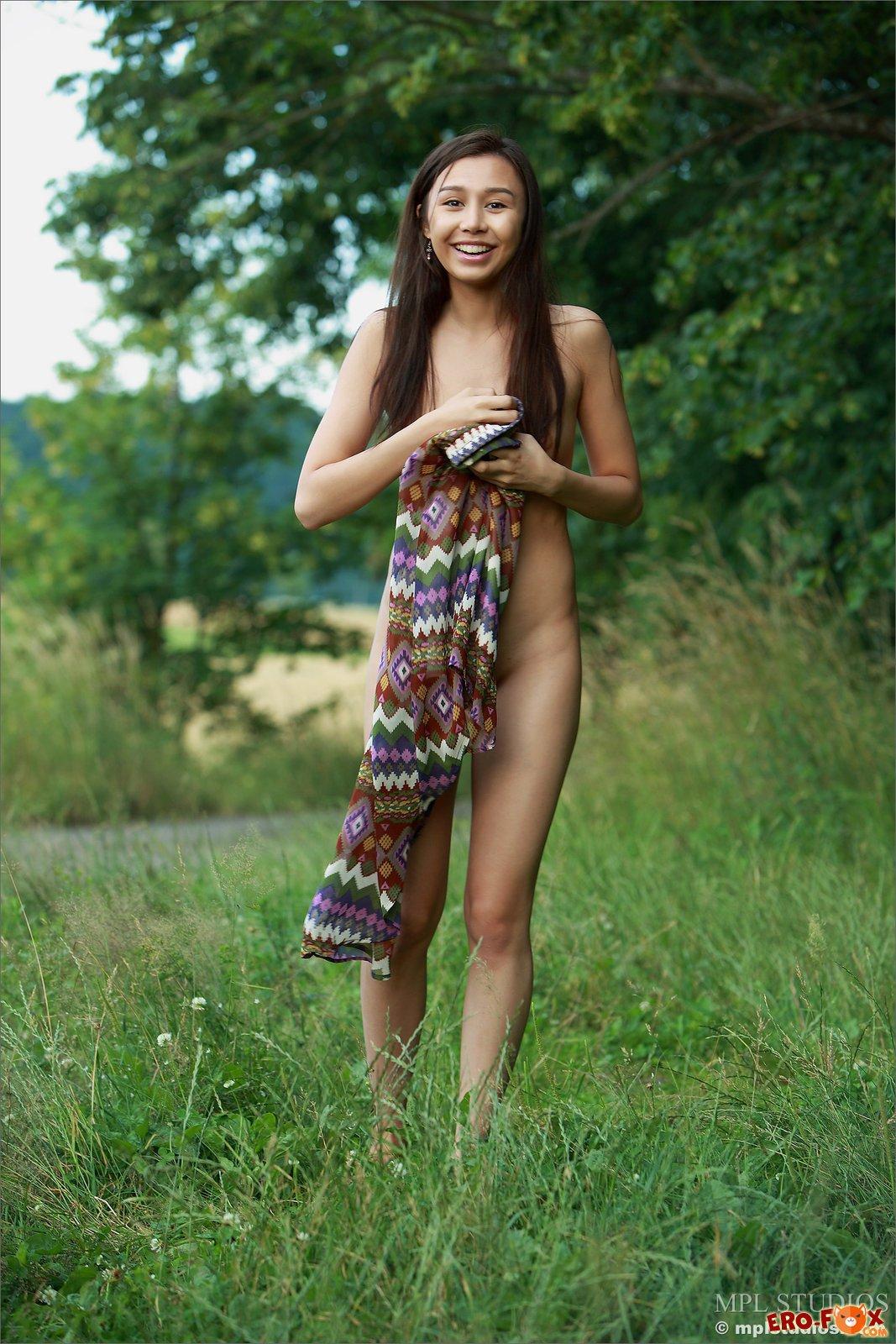 Голая азиатка брюнетка на природе