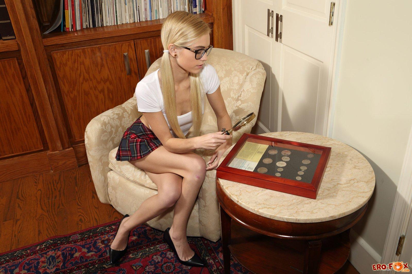 Голая блондинка в очках. Красивая