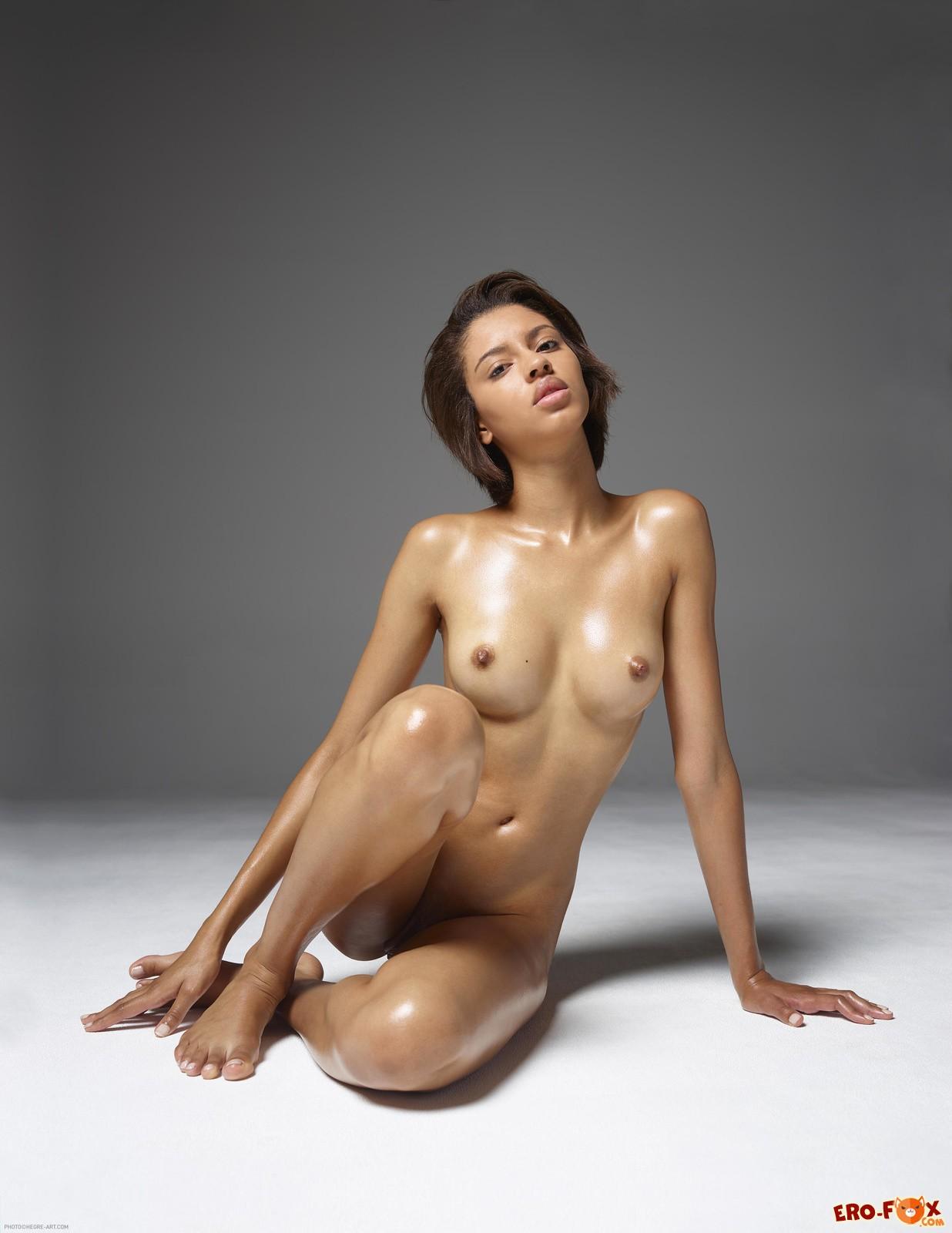 Красивая голая негритянка в масле