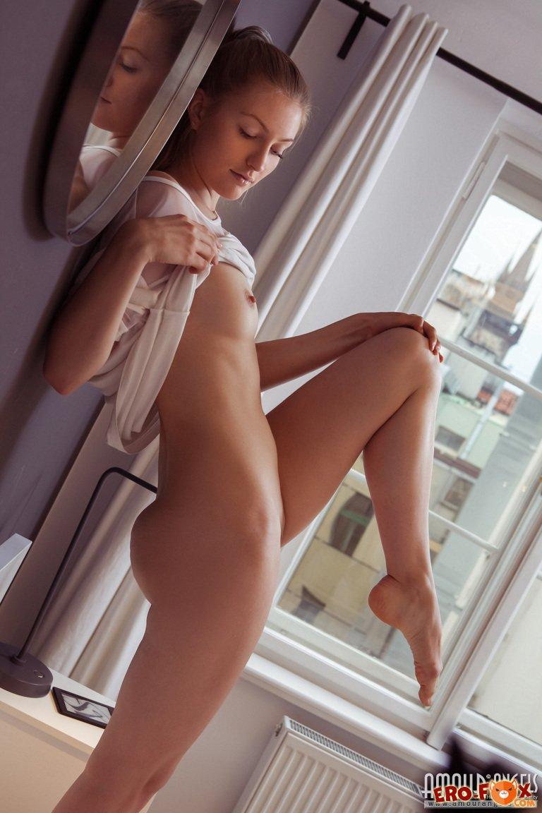 Бритый лобок крупным планом. Фото голой девушки.