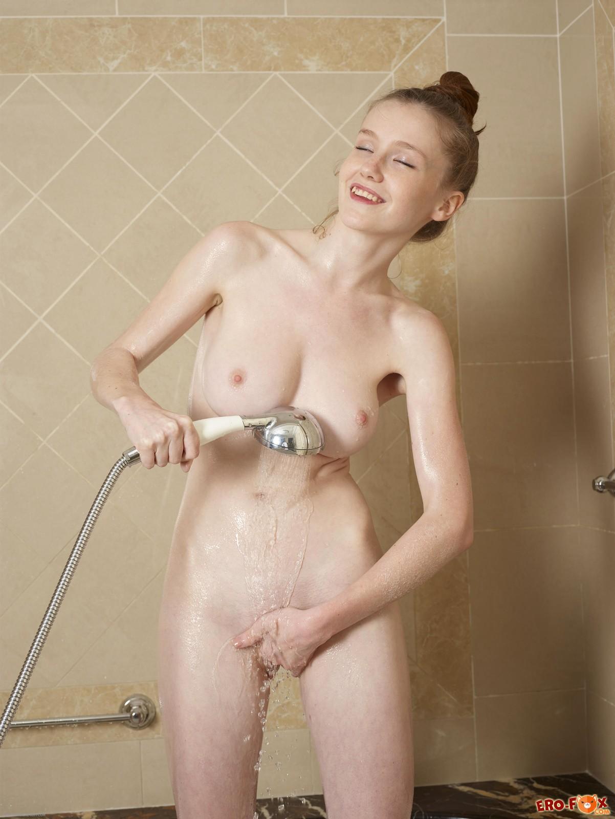 Молодая голая с красивой грудью в душе