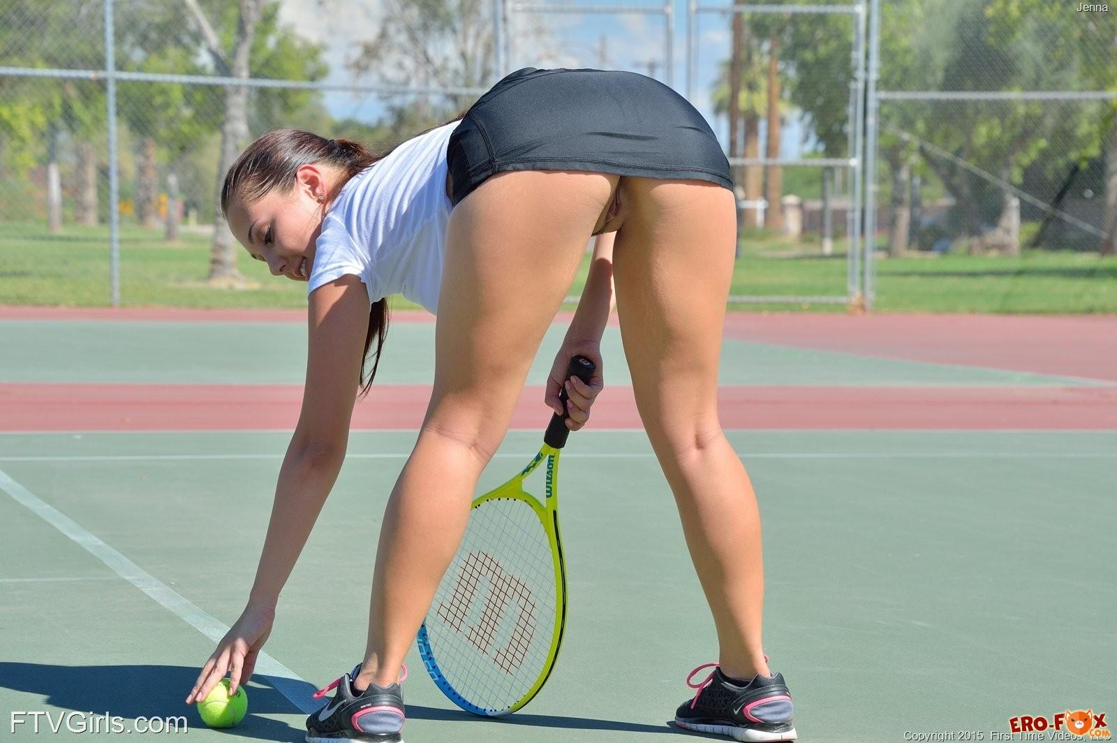 Голая теннисистка играет на корте