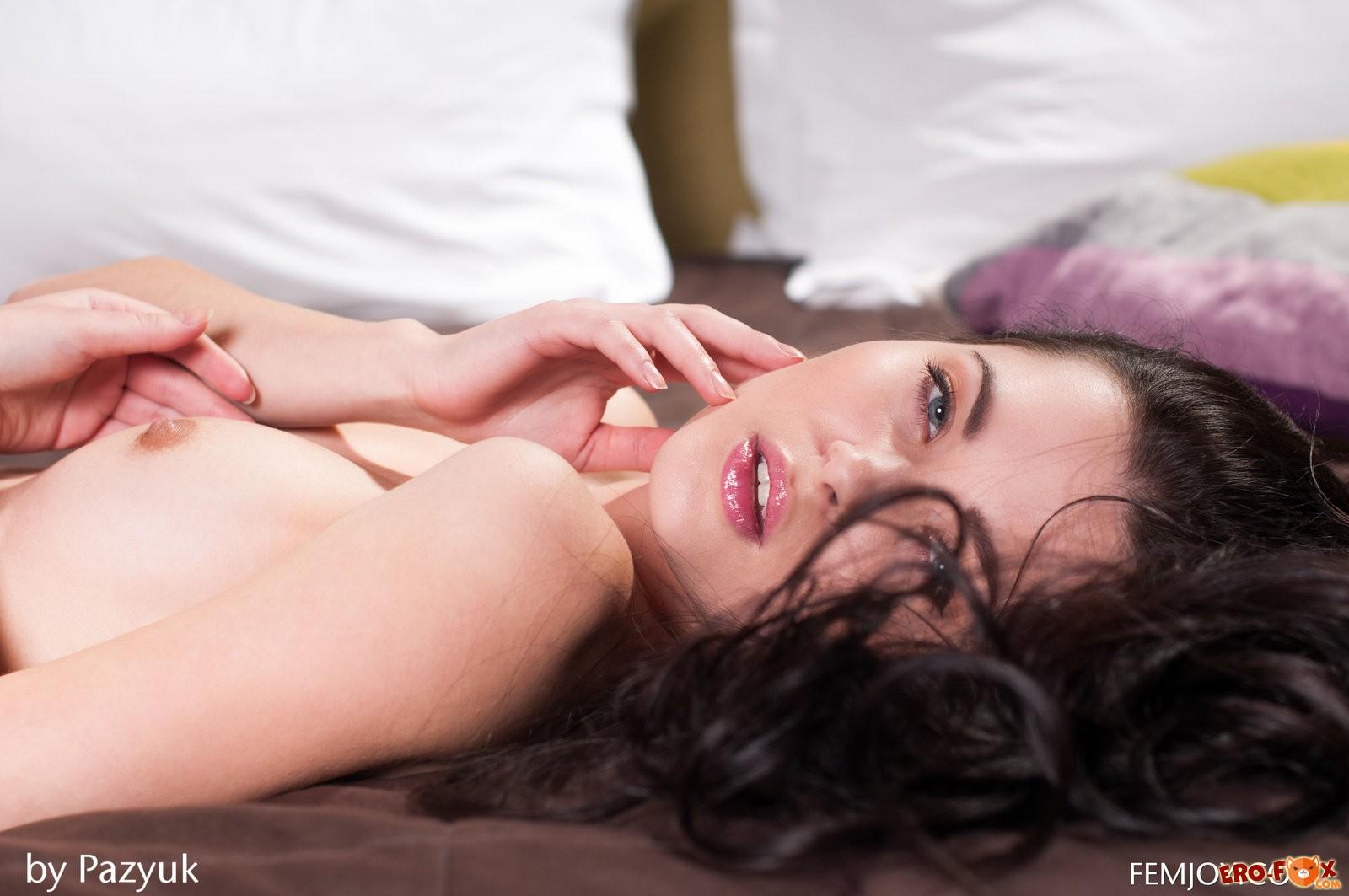 Красивая брюнетка с бритой писькой в постели