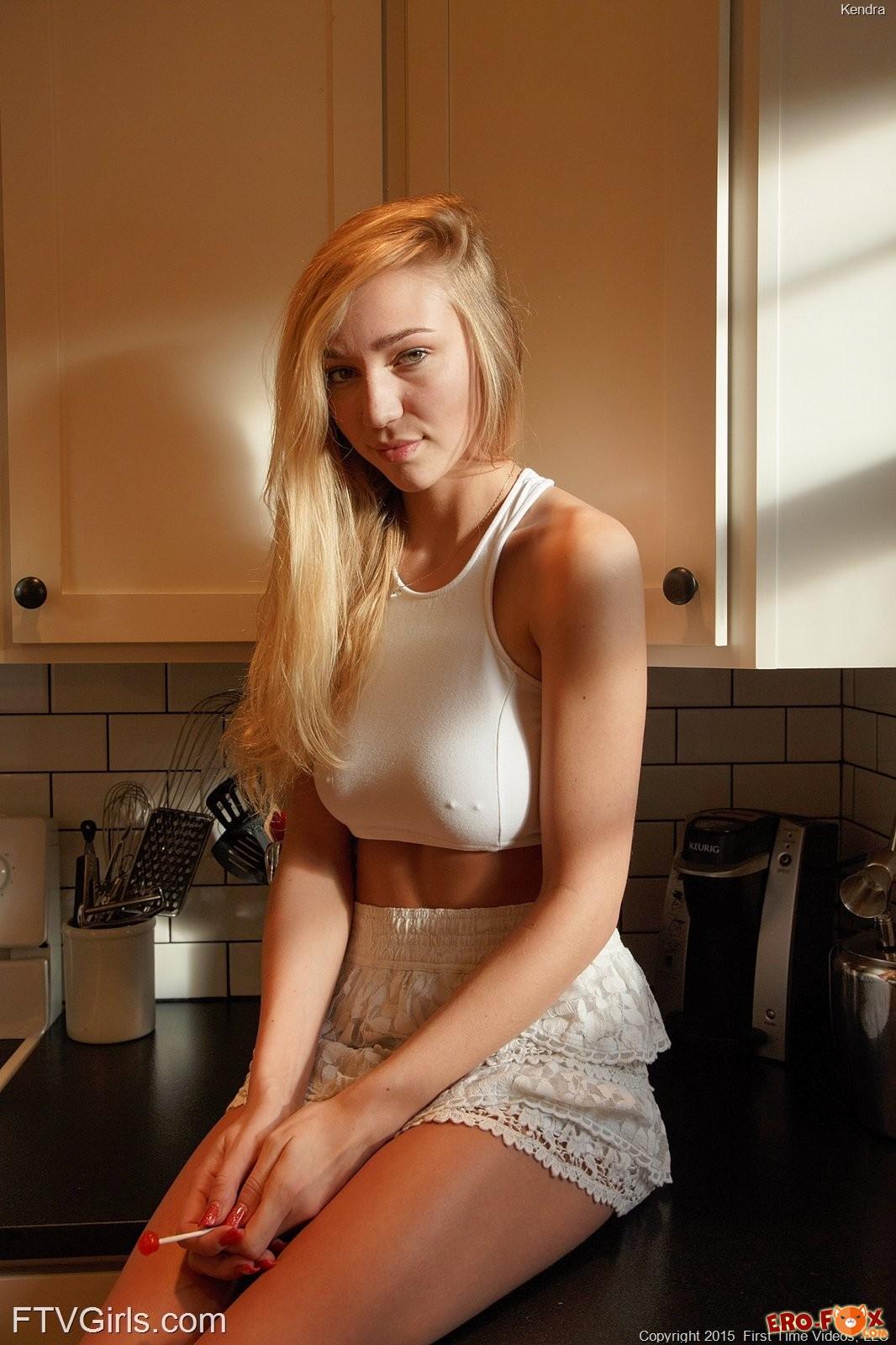 Грудастая подруга жены на кухне