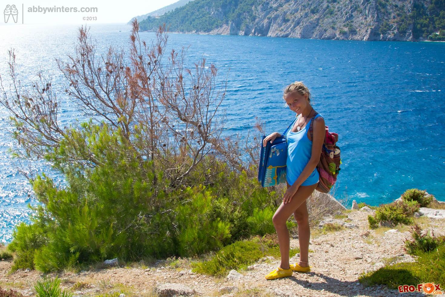 Голая русская девушка загорает на пляже