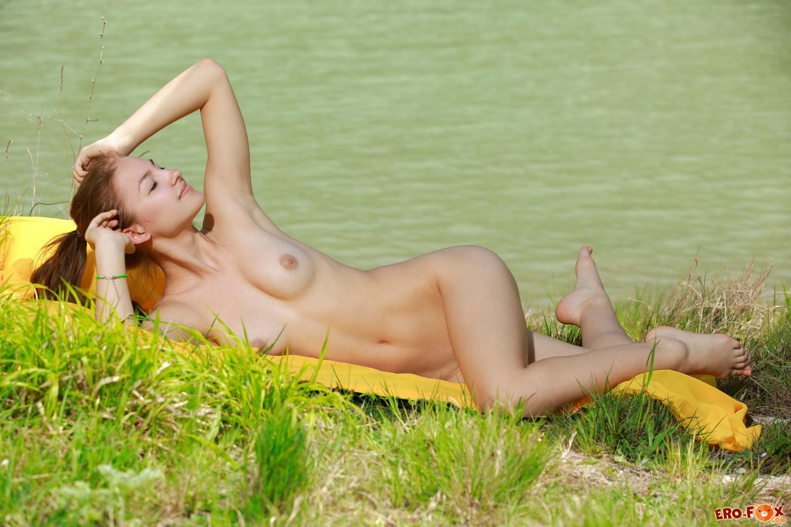 Очень красивая молодая голая девушка