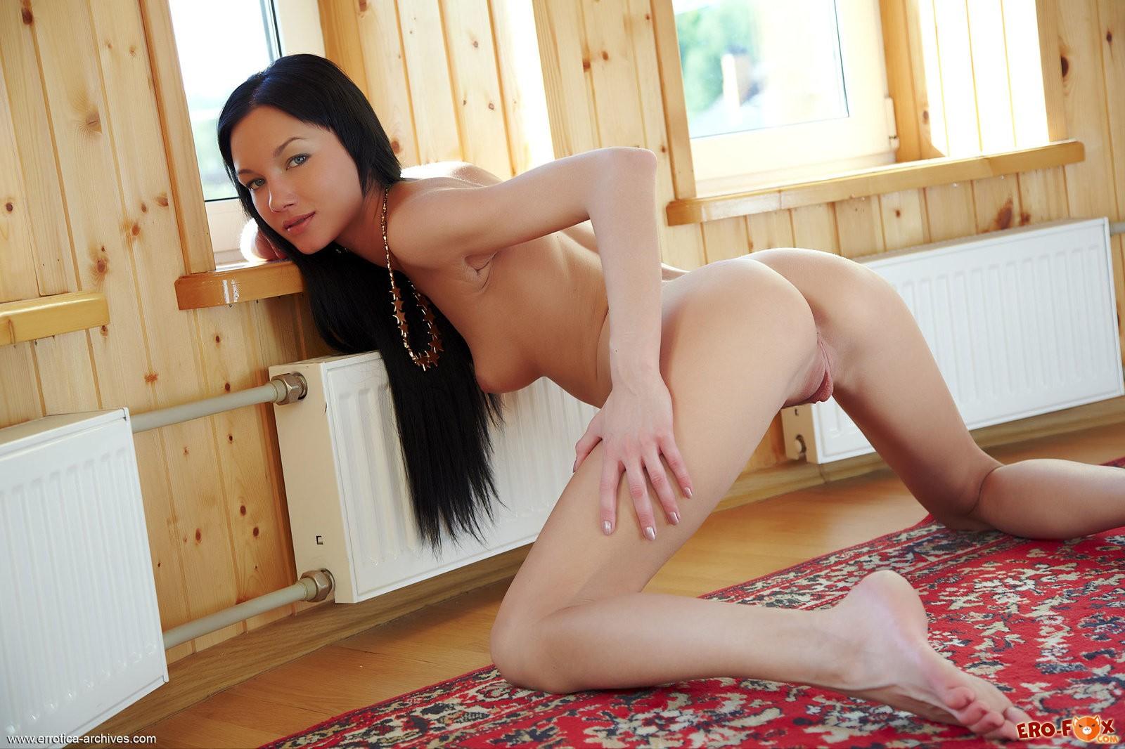Голая девушка на ковре